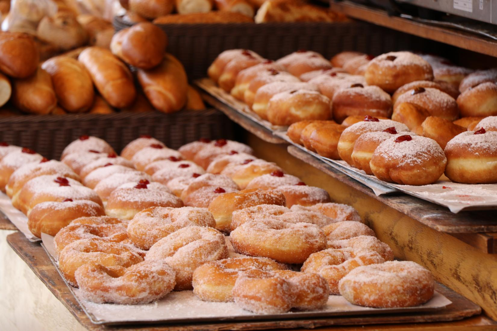 Filtration of cooking oil in doughnut production